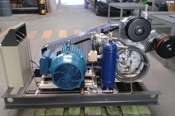 Equipo compresor de aire, presión de trabajo 30 bar, utilizado para el sistema de interruptores en centrales eléctricas.